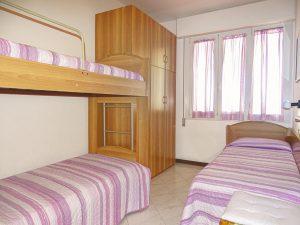 camera con un letto singolo e un letto a castello