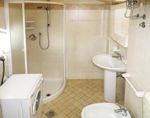 bagno con doccia ad angolo
