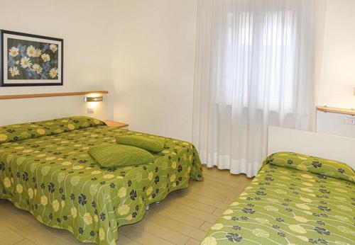 camera con letto matrimoniale e singolo