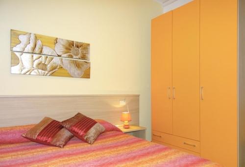 vista camera con letto e ampio armadio