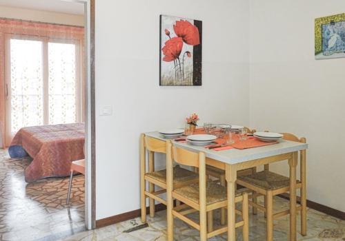 vista sala da pranzo e camere